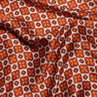 Tissu satin de soie orange imprimé trèfles fait en Italie
