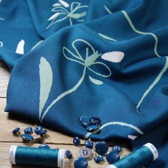 Tissu sergé viscose motifs bloom bleu pétrole Eglantine et Zoé