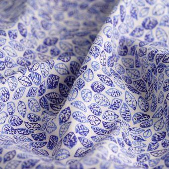 Tissu popeline coton feuilles bleues ecru